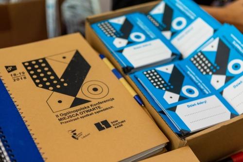 notatniki z logotypem miejsc otwartych i programy konferencji