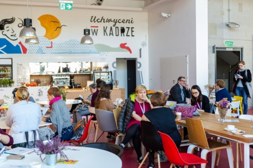 uczestnicy konferencji w kawiarni znajdującej się w Domu Kultury Kadr czekają na rozpoczęcie konferencji