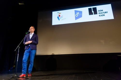 Dyrektor Domu Kultury Kadr na scenie wygłasza przemowę otwierającą konferencję