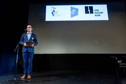 Aleksandar Ćrlić z Centrum Komunikacji Społecznej Urzędu Miasta Stołecznego Warszawy ze sceny zaprasza do wysłuchania wykładu inauguracyjnego