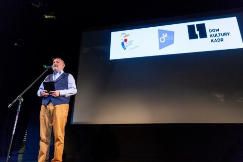 Jacek Gralczyk na scenie prowadzi wykład inaugurujący konferencję