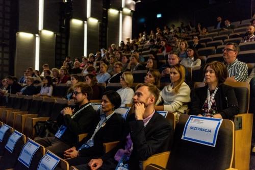 Goście na sali widowiskowej podczas otwarcia konferencji