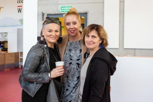 Trzy uczestniczki konferencji na korytarzu
