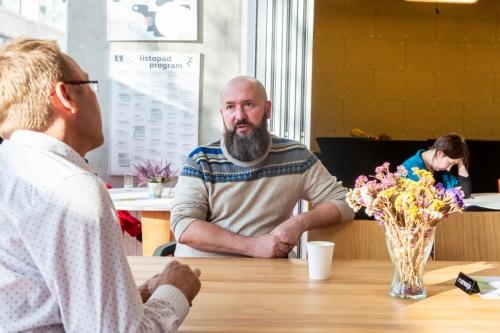 uczestnicy konferencji w przerwie pomiędzy sesjami przy stole rozmawiają
