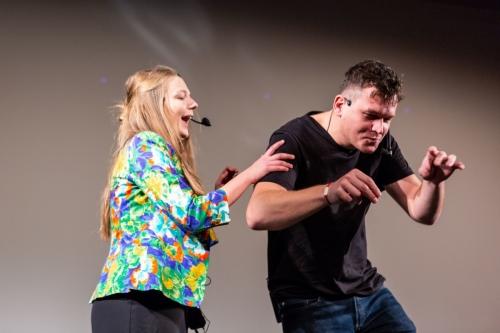 aktorzy z teatru improwizacyjnego podczas występu