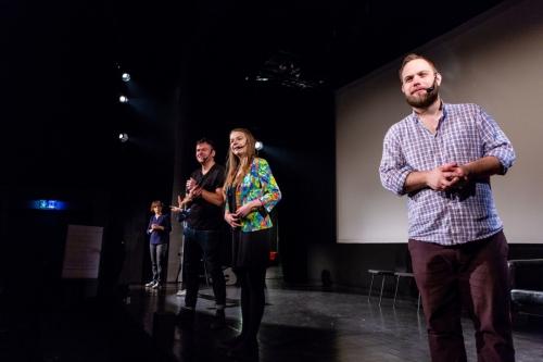 na sali widowiskowej aktorzy z teatru improwizacyjnego stoją na scenie