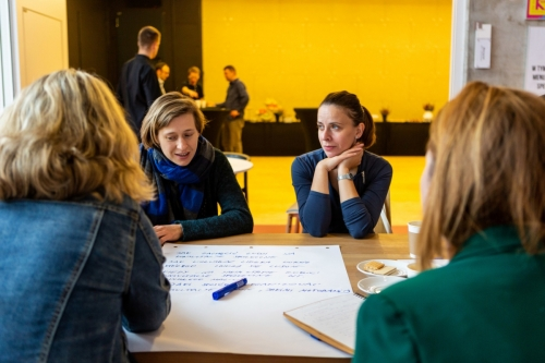 uczestnicy warsztatów rozmawiają