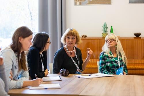 uczestnicy warsztatów rozmawiają przy stole