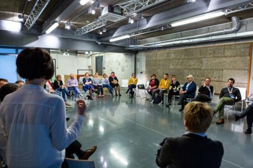 uczestnicy warsztatów na krzesłach ustawionych w koło